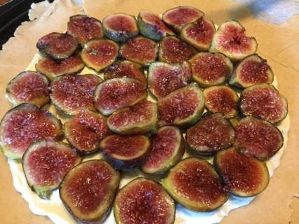 fig galette with figs laid out